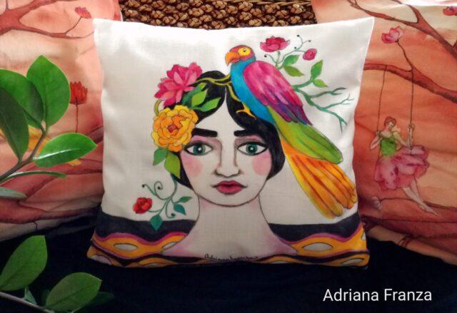 cuscino_dipinto-unico-homedecor-toni_caldi-fucsia-arancione-pappagalli-fiori-viso_femminile-tropicale-estate-donna-foglie-dipintoamano-federa_dipinta-regalo-originale