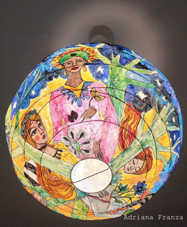 Lampadario_dipinto_a_mano-favola-design_fiabesco-regina_della_notte-lampada_multicolore-stelle-blu-regalo_per_la_casa-pezzo_unico-arredamento_particolare-originale
