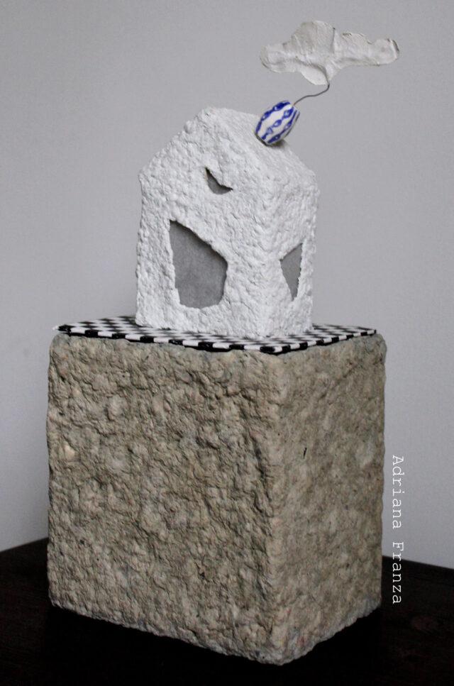 lampada_scultura-cartapesta-luce_soffusa-lampada_artistica-regalo_particolare-design_unico-architettura-casette_decorative-artigianato_siciliano-pezzo_unico-fatto_a_mano- scacchi_bianco_e_nero-nuvola-ceramica
