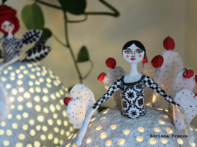 lampada_originale-ecodesign-fatta-a-mano-cartapesta-home_decor-arredamento_siciliano-design_riciclo-favola-luci-d'atmosfera-lampada_unica-regalo_artistico_originale-pezzo_unico_souvenir_d'autore_sicilia-regali_siciliani-fichi_d'India-noto-artigianato_artistico_luce_soffusa