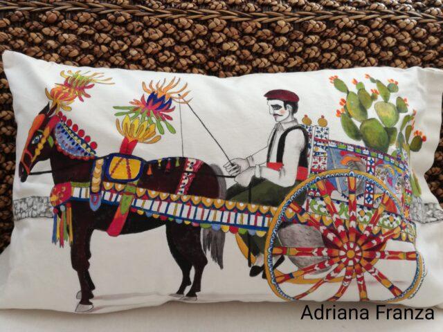 cuscino_dipinto-pezzo_unico-carretto_siciliano-cavallo_bardato-nappe-fichi_d'india-ruota-carro-barocco-festa_di paese-colori-souvenir_artistico-ricordo_di_sicilia-regalo_per_amanti-della_sicilia
