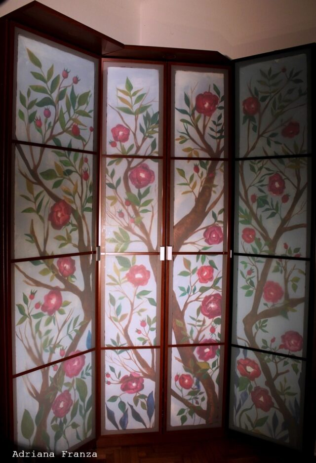 Ramage e fiori fucsia - Decorazione di un armadio