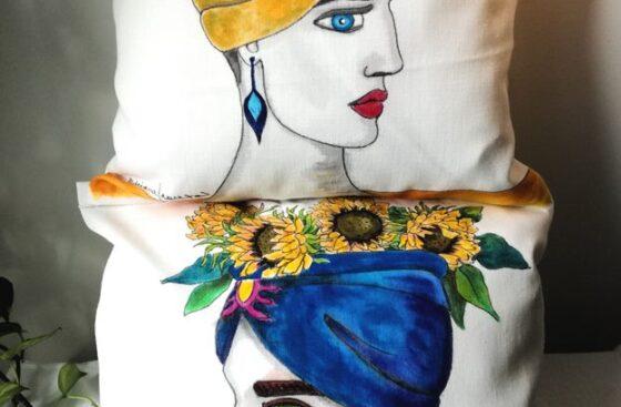teste_di_moro_moderne-cuscino_dipinto_a mano_blu-giallo-girasoli-testa_vasi-siciliani-sicilia-teste _di_moro-souvenir_siciliani-cuscini_dipinti_a_mano-homedecor_regalo_originale-sicilia-noto