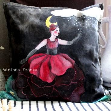 federa-dipinta-ballerina-luna-pioggia-simbolismo-surrealismo-magia-favola-cuscino_dipinto-nero-rosso_bordeaux-regalo-speciale-homedecor_artistico