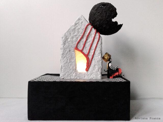 lampada_scultura-cartapesta-luce_soffusa-lampada_artistica-malinconia-regalo_particolare-design_unico-architettura-casette_decorative-artigianato_siciliano-pezzo_unico-fatto_a_mano-fiore_nero-ballerina-casetta