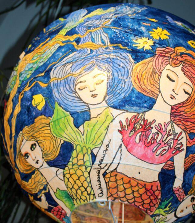 lampadarioartistico-lanterna-colorata-Lampadario_dipinto_a_mano-favola-design_sirene-sirenetta-coralli-mare-blu-oceano-lampada_colorata -regalo_per_la_casa-pezzo_unico-arredamento_particolare-originale-lanterna_ dipinta-carta