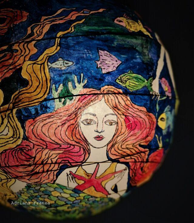 Lampadario_dipinto_a_mano-favola-design_sirene-sirenetta-coralli-mare-blu-oceano-lampada_colorata -regalo_per_la_casa-pezzo_unico-arredamento_particolare-originale-lanterna_ dipinta-carta