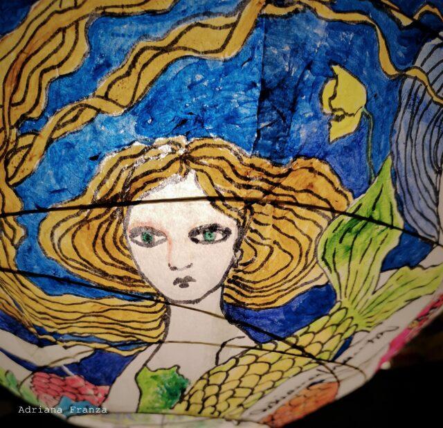 Lampadario_dipinto_a_mano-favola-design_sirene-sirenetta-coralli-mare-blu-oceano-lampada_colorata -regalo_per_la_casa-pezzo_unico-arredamento_particolare-originale-lanterna_ dipinta-carta-stellamarina