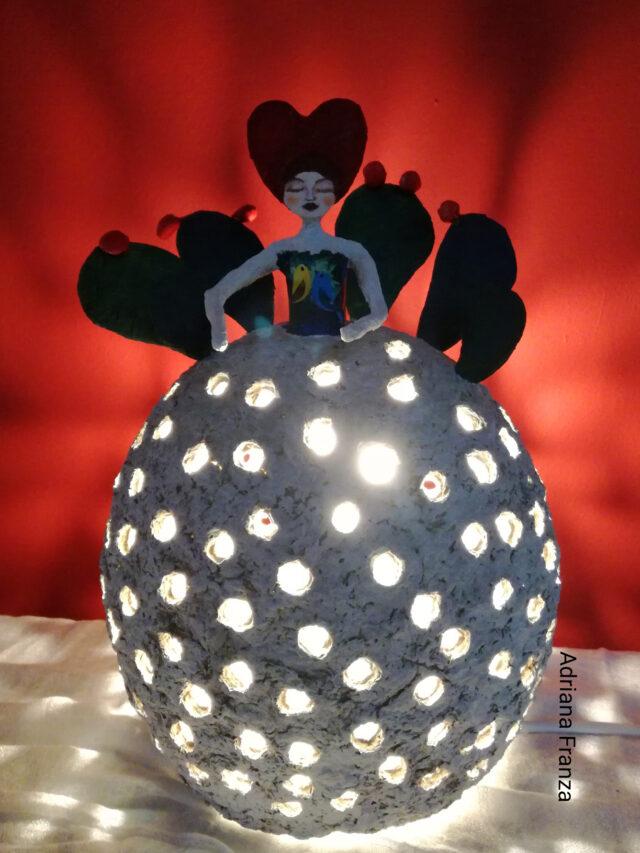 lampada_originale-ecodesign-fatta-a-mano-cartapesta-home_decor-arredamento_design_riciclo-favola-luci-d'atmosfera-lampada_unica-regalo_artistico_originale-pezzo_unico_souvenir_d'autore_sicilia-regali_siciliani-fichi_d'India-noto-artigianato_artistico_luce_soffusa